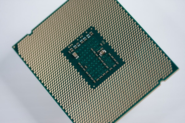 Intel_Xeon_E5-2600_v3_package_shot