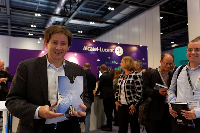 Alcatel-Lucent_MarcusWeldon_signs_Books